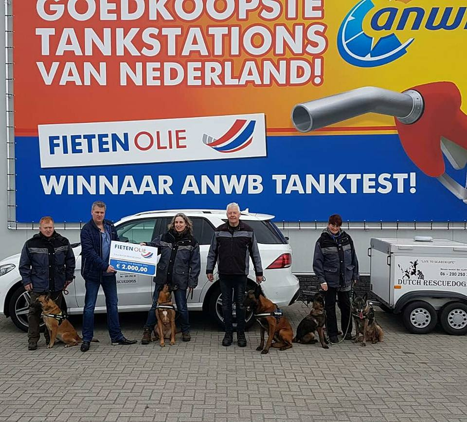 Richard Fieten overhandigt cheque aan Dutch RescueDogs